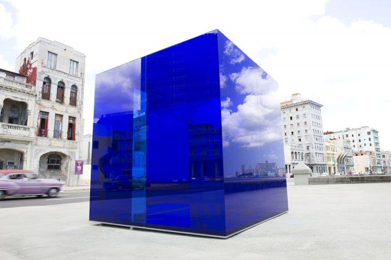 Rachel Valdés Instalación Cubo Azul